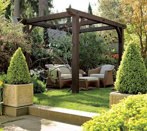 A shady sitting area is the perfect addition to a lovely garden landscape - Traditional Home® / Photo: John Granen / Garden design: David Pfeiffer