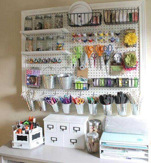 Não dispense um painel de ferramentas perfurado. Nele você pode prender ganchos para acomodar peças como tesouras e alicates - Ademilar: