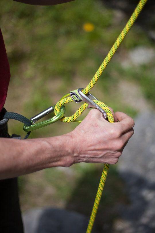 Dùng dây Paracord để thoát khỏi những ngọn núi