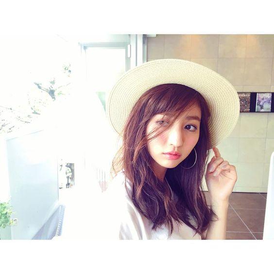 つばの広い帽子をかぶっている堀田茜