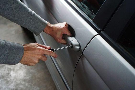 Pozzuoli: ruba lo stereo dall'auto di un giovane. Un passante dà l'allarme ai…