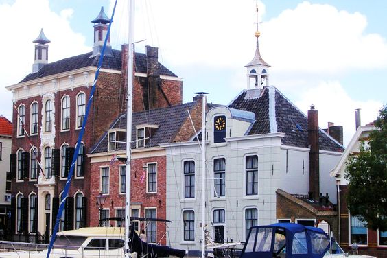 Kijk ook even omhoog naar het gouden schip boven op 't Soepuus, gebouwd in 1343 als getijdewatermolen maar later gedegradeerd tot gaarkeuken voor de armen. Het mooie torentje is afkomstig van een voormalige stadspoort. Achter het huis verzamelde men het vloedwater. Was het bassin vol, dan ging de sluisdeur dicht. Bij eb liet men dit water langzaam weglopen langs de plaats waar de molen stond, zodat die ging draaien. Daar werd dan graan gemalen.