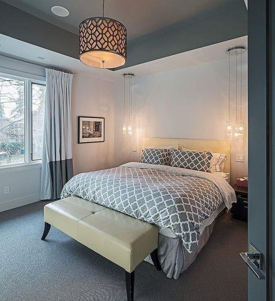 kleines schlafzimmer grau weiiß teppichboden pendlleuchten neben ...