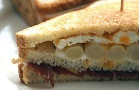 Sándwich de la casa.  Bocadillos fríos y calientes, perritos (hot dogs), sándwiches y hamburguesas (burguers).     http://www.maremondo.es/