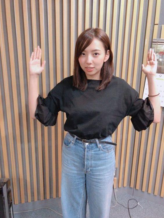 両手を挙げている新内眞衣