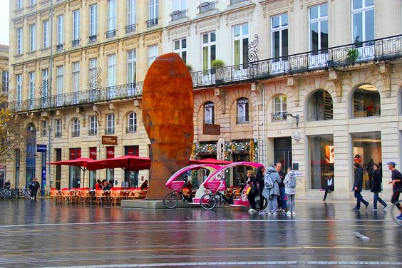 3D статуя перед театром