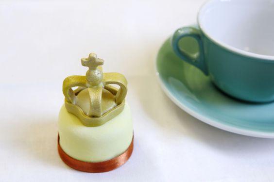 A Royal Miniature Cake.  Una torta in miniatura stile reale.