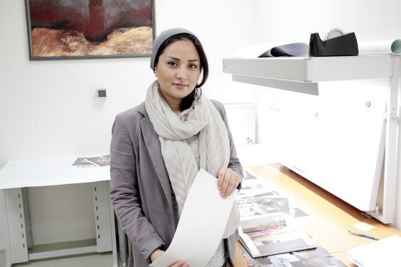"""Samaneh Khosravi prüft den Druck ihres Buches """"Among Women"""", ein Bericht über das Leben von Frauen im Iran"""