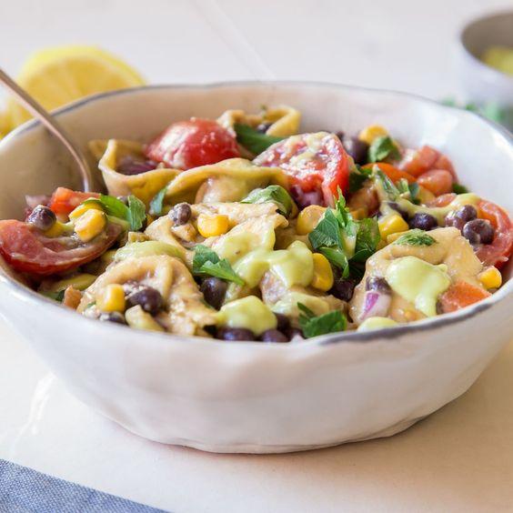 Schwarze Bohnen, Mais,Jalapeños,Tomaten und Koriander kommen in diesen Tortellini Salat und das i-Tüpfelchen ist diecremigeAvocado Vinaigrette.
