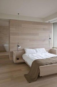 Er is een grote wand geplaatst, ook gelegd met eiken, die de scheidingswand vormt tussen de beide ruimtes. Aan de slaapkamer kant is het de wand waar het bed tegenaan staat. In de badkamer is het een grote spiegel. De badkamer is voorzien van een mooie minimalistische vrijstaand bad en in het hoekje is een grote inham gemaakt voor de inloopdouche.