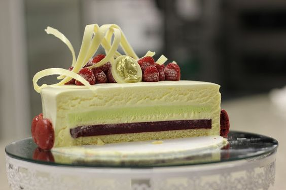 Com uma pitada de açúcar...: Torta de Chocolate Branco, Pistache e Framboesas - A Torta Marie Antoinette