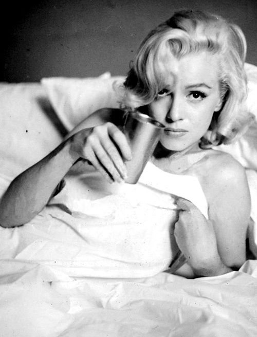 Marilyn Monroe. Bed sitting. Photo by Milton Greene, 1953.: