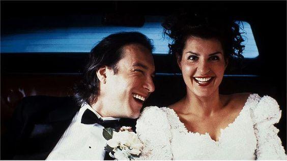 Casamento Grego.Nesta comédia romântica, uma jovem grega se apaixona por um homem de outra nacionalidade, o que a sua tradicional família não aprova.