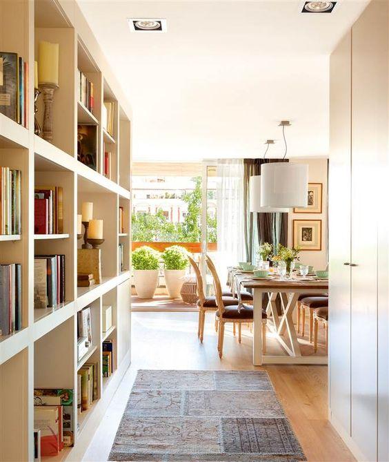 Gran librería a medida en el pasillo de acceso al salón comedor