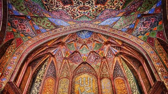 La mezquita de Wazir Khan está ubicada dentro de una antigua plaza llamada Chowk Wazir Khan