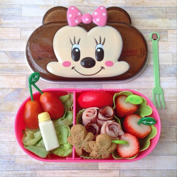 simple red + green foods make for an easy holiday snack or lunch! #marineparentsbento #mpchristmasbento