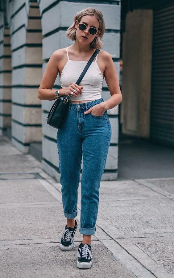5 it girls basiquinhas para seguir no Instagram. Top cropped branco, mom jeans, tênis preto, vans old skool