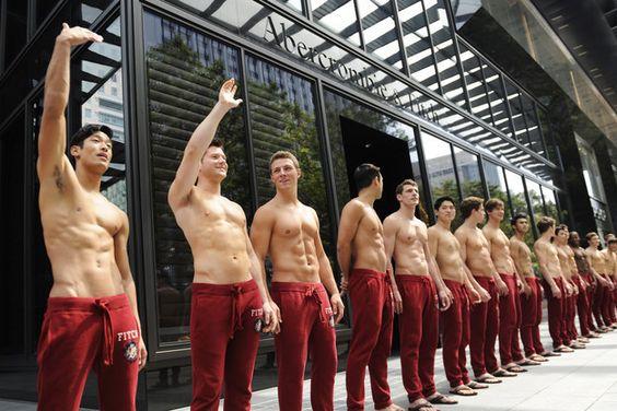 Être un hôte masculin signifie se balader torse nu, ce qui est extrêmement éprouvant.   23 secrets que les employés d'Abercrombie