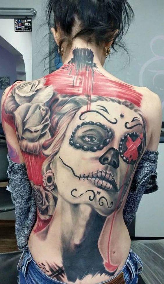 Tattoo Frau auf ganzen Rücken tätowiert