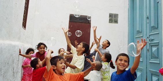El fotógrafo Antonio Pérez Gil lleva pompas de jabón a niños de todo el mundo