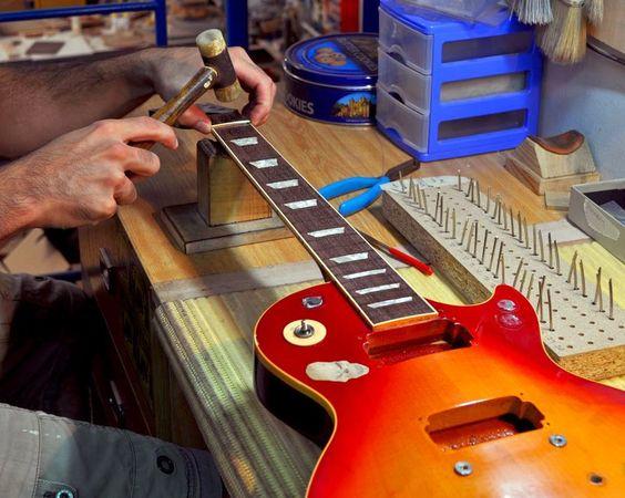 LA GUITARRERIA: CANVI DE TRASTES artesaniatotcat.blogspot.com #SonsArtesaniaTotcat La Guitarrería http://www.la-guitarreria.com/ Cambio de trastes. Los apuntamos primero con el martillo para después terminar de  Artesania-Totcat: LA GUITARRERIA: CANVI DE TRASTES