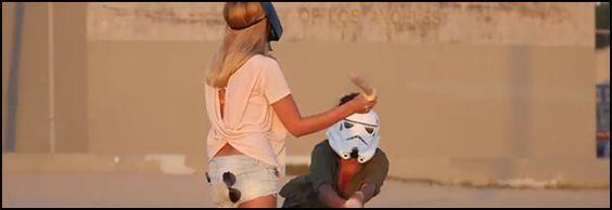 Des filles aux yeux bandés font un combat avec des jouets pour adultes…