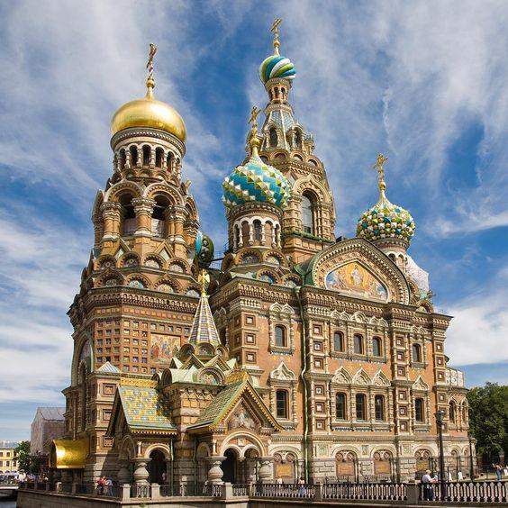 São Petersburgo é uma cidade da Rússia localizada às margens do rio Neva, na entrada do golfo da Finlândia. A cidade designou-se Leningrado de 1924 até1991, e Petrogrado entre 1914 e 1924. A cidade possui canais que lembram Veneza, além de palácios maravilhosos, igrejas coloridas, lindos jardins, muita cultura, arte, ballets e grandes museus. A Igreja do Sangue Derramado, também conhecida como Igreja da Ressurreição, é dos cartões postais mais bonitos de St. Petersburg. Toda colorida, foi cons