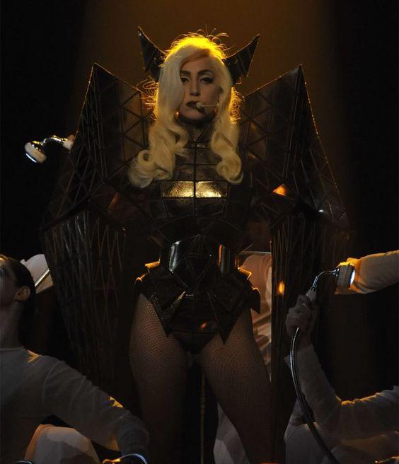 Si hay gente obsesionada con odiarte, siéntete halagado. Sus vidas enteras giran alrededor tuyo. - Lady Gaga http://iglesiadesatan.com/