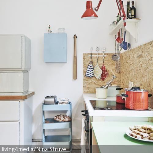 Spanplatten, mobile Servierwagen, Kochbesteck an Garderobenhaken – #Küchen aus bunt zusammengewürfelten Wohnelementen sind immer mehr im Kommen! Statt klassischer Kochbeleuchtung wurde hier kurzerhand eine Schreibtischleuchte zweckentfremdet: http://www.roomido.com/wohnideen/kueche/retro/individuell-eingerichtete-kueche.html