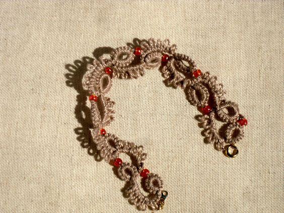 Bracelet en dentelle de frivolités, écru et perles oranges : Bracelet par…