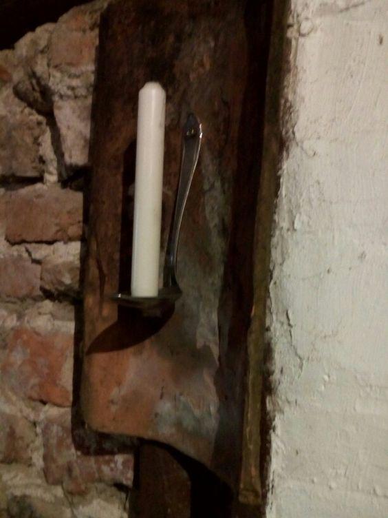 Dachpfanne ein Löffel und eine Kerze. Fertig ist der rustikale Kerzenleuchter