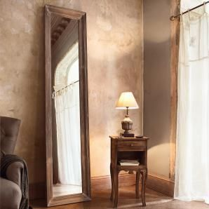 Imposant! Mit seiner Höhe von 2,20 m ist dieser Spiegel ein echter Blickfang. Der Rahmen aus massivem Kiefernholz wurde mit einem grauen Finish versehen, um ihm diesen herrlichen Vintagelook zu verleihen.