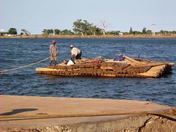 O batelão que nos leva á ilha da Maçaneta  Moçambique