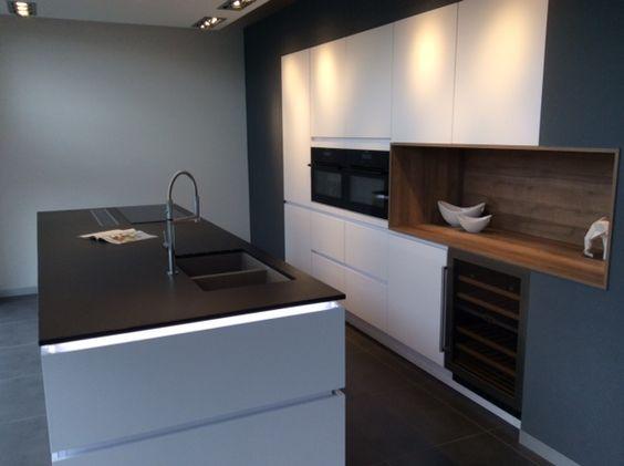 moderne look voor witte keuken met zwart Dekton Sirius werkblad - preise nobilia küchen