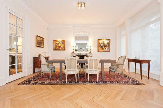 Salle manger d 39 un appartement haussmannien la table diner est contemporaine agr ment e de - Salle een diner contemporaine ...