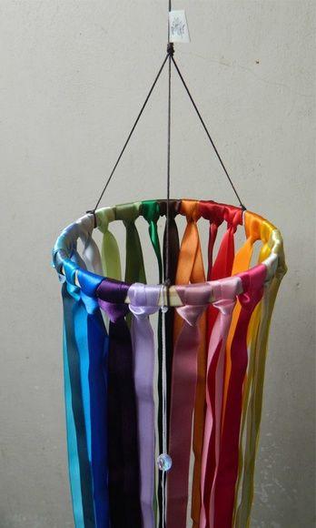 Móbile de fitas de cetim coloridas.  São 23 cores de fitas amarradas em bastidor de madeira e 3 fios encerados com alguns cristais.  Excelente para dar um colorido e alegrar o ambiente.