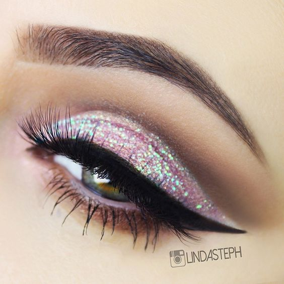 Pink glitter & cut crease with dramatic liner #eyes #eye #makeup #bright #glitter #dramatic: Paillettes Maquillage Pour Les Yeux, Makeup Eyes, Beauty Makeup, Makeup Ideas, Paillettes Fard À Paupières
