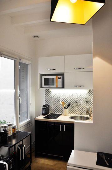 Une petite cuisine noire qui a tout d'une grande ! Plus de photos sur Côté Maison http://petitlien.fr/7fci