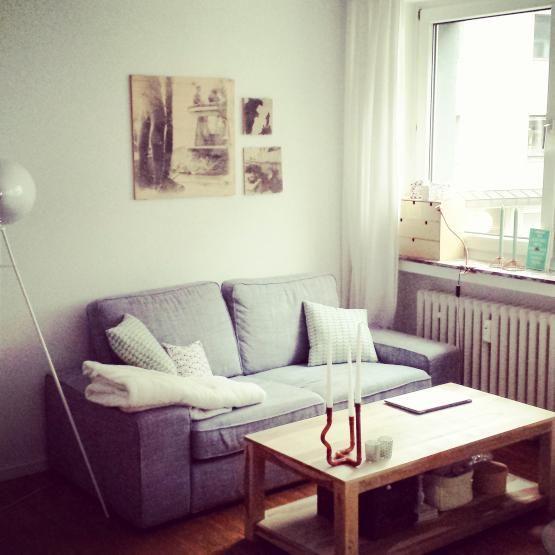 Hellblaues Sofa in Wohnzimmer einer 3-Zimmerwohnung in Wien Neubau - schöne bilder für wohnzimmer