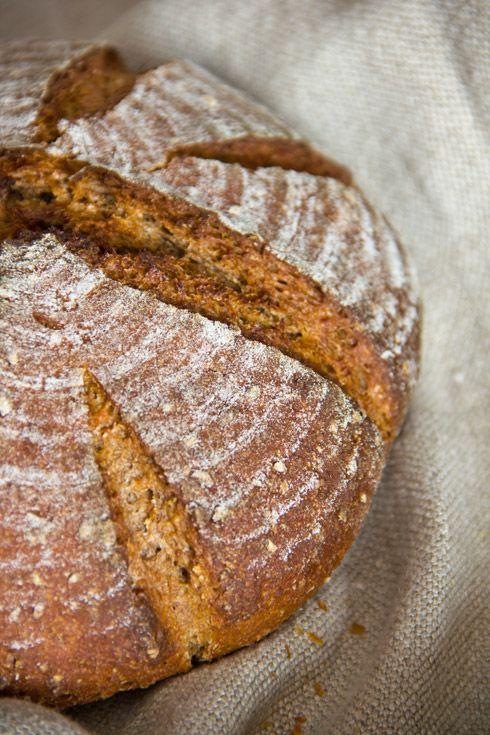 Irgendwie hat es mich eines Abends gepackt, ein nahrhaftes Brot ganz ohne Kneten zu basteln. Herausgekommen ist ein sehr saftiges, herb-würziges Roggenmischbrot, das ausschließlich Vollkornmehle nutzt. Der Teig wird am Vorabend von Hand gemischt und nach etwas Gare bei Raumtemperatur in den Kühlschrank gestellt. Am nächsten Tag wird er geformt und schließlich gebacken. Das Brot hat Weiterlesen...