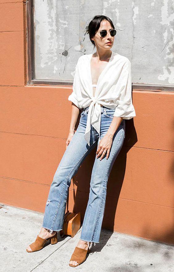 Street style look com camisa branca, calça jeans e mule marrom.