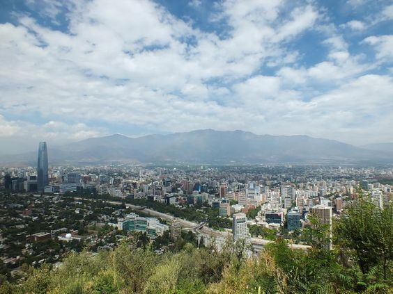 Metropole Santiago de Chile mit ihren Höhepunkten Plaza de Armas und den Präsidentenpalast La Moneda im Zentrum ebenso wie den Mercado Central.