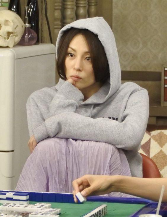 フードをかぶる米倉涼子さん
