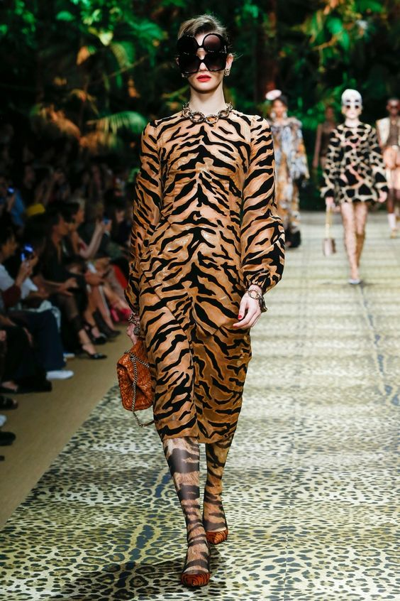 Dolce and Gabbana animal print leggings: fashion trends of 2020