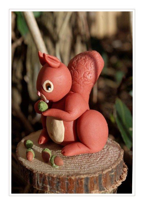 écureuil en porcelaine froide mangeant des glands - PAM