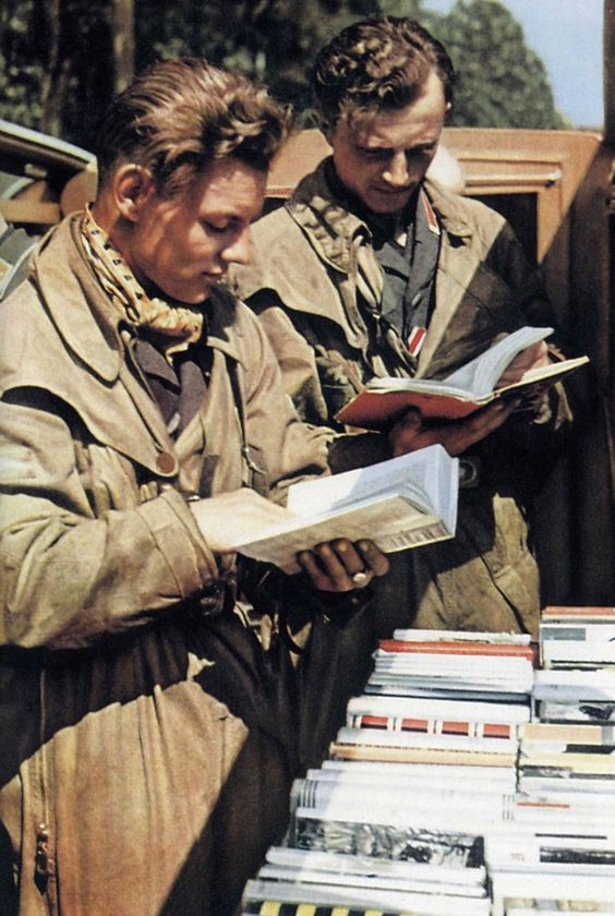 Les hommes de la Luftwaffe doivent pouvoir se distraire en dehors de combats. Sur cette photo, ils pourront emprunter des livres amenés directement sur le front par les compagnies de propagande.