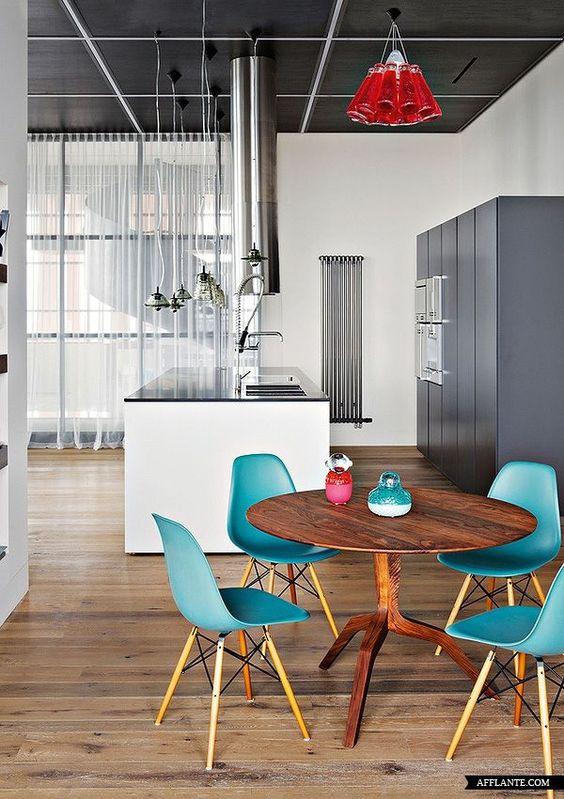 cozinha industrial e cadeiras azuis