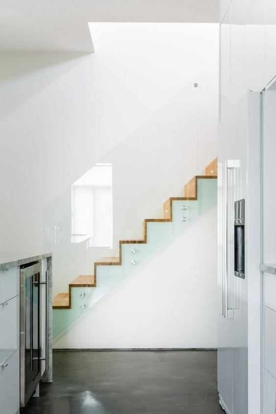 treppenhaus gestalten treppenstufen holz gläsernes treppengeländer, Innenarchitektur ideen
