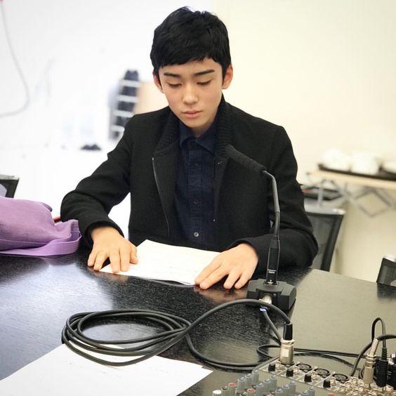 黒いジャケット姿で仕事中の八代目市川染五郎のかっこいい画像