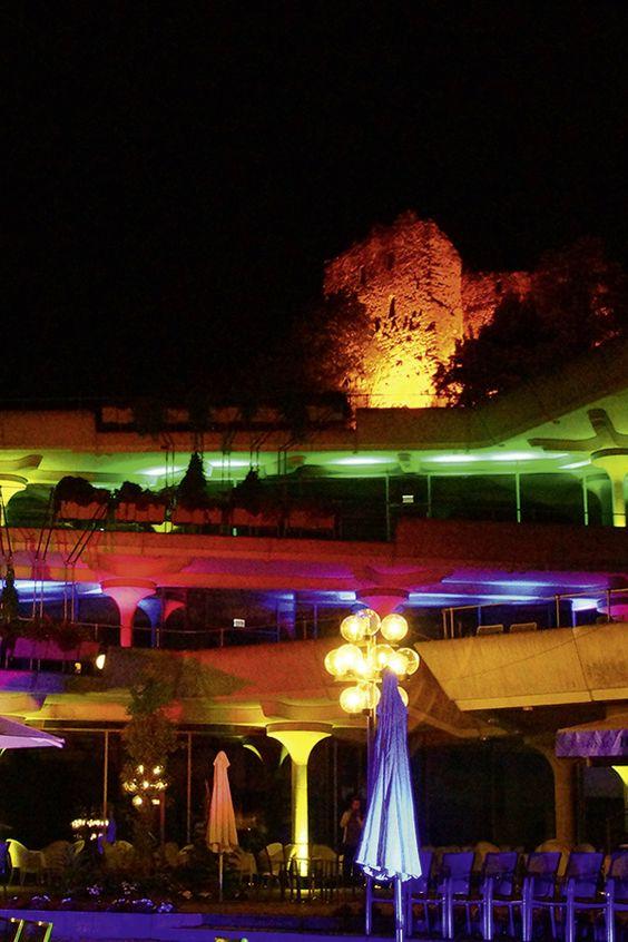 Die Badenweiler Burg und das Kurhaus zauberhaft illuminiert.
